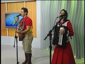 Neto do Teixeirinha segue carreira do avô em Passo Fundo,RS - O músico está começando carreira no mesmo momento em que seu vô começou