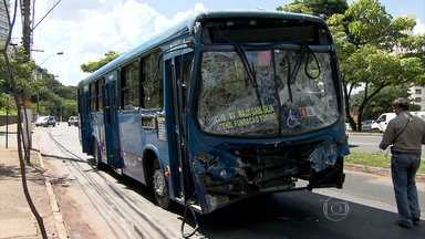 Três ônibus se envolvem em acidente na Avenida Raja Gabaglia - Segundo a polícia, um coletivo da linha 4113 bateu em outros dois que estavam parados em um ponto de ônibus no bairro Santa Lúcia, na Região Centro-Sul de Belo horizonte.