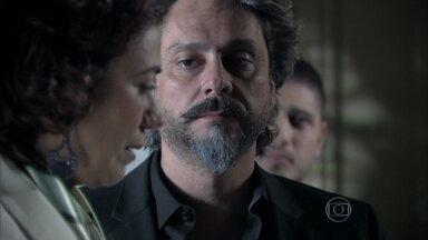 Marta pede perdão a Zé e ele a abraça - O comendador mostra para os filhos os peçados de diamantes que encontrou na casa de Cora