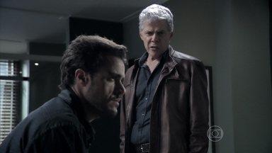 Cláudio tenta fazer Enrico confessar o nome de seu cúmplice - Enrico garante que não tem mais contato com os funcionários do restaurante do pai. Antônio e Maria Isis comentam sobre a sabotagem