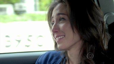 Cora chora pensando em José Alfredo - Ela desabafa com o motorista e conta que sempre foi apaixonada pelo comendador