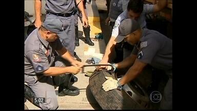 Polícia prende motorista de caminhão por tráfico de drogas - O nervosismo do motorista levantou a suspeita dos policiais. O homem foi parado em uma vistoria de rotina e a polícia encontrou mais de 260 tabletes de cocaína e pasta base no veículo.
