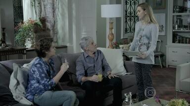 Bianca avisa a Cláudio e Beatriz do novo ataque de Téo a José Alfredo - Cerimonialista comemora a derota do blogueiro, mas fica pasmo com sua nova armação