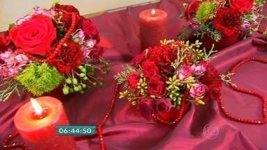 Materiais simples e criatividade compõem arranjos com toques sofisticados para o Natal - Uma das dicas é usar a gamela rústica, uma haste de orquídea com pau de canela e uma bola de cravos vermelhos em espuma floral. Um colar de contas faz um acabamento chique e dá brilho ao arranjo.