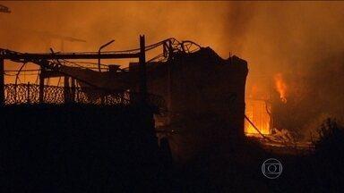 Incêndio destrói fábrica de produtos químicos na Baixada Fluminense - Poucos funcionários estavam na fábrica e ninguém ficou ferido. Mais de 60 bombeiros trabalharam para apagar o fogo, que só foi controlado na madrugada desta sexta-feira (19).
