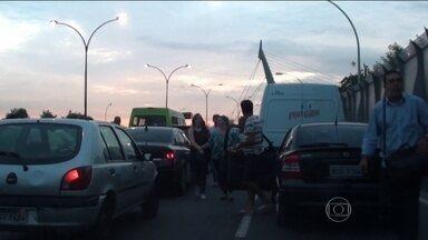Arrastão assusta motoristas em via expressa do Rio - Segundo testemunhas, bandidos armados jogaram pedras e barras de ferro em carros para parar o trânsito. As pessoas abandonaram os carros e correram na contramão da Linha Vermelha.