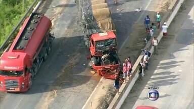 Acidente envolve dois caminhões na Mata Sul de Pernambuco - De acodo com a Polícia Rodoviária Federal, um dos motoristas ficou preso às ferragens.
