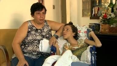 Cadeirante com paralisia cerebral não consegue tratamento público em Marechal Hermes - Após encerramento do atendimento no Hospital Carlos Chagas, Vanessa Puga, de 25 anos, não foi aceita na Clínica da Família do próprio bairro, a 1km de sua casa. Ela encaminhada para o Carmela Dutra, em Rocha Miranda, a 5,2 km de distância.