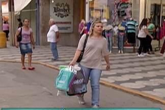 Consumidores do Alto Tietê vão às compras com o pagamento da 2ª parcela do 13º salário - Procura por presentes e lembrancinhas movimenta o comércio.