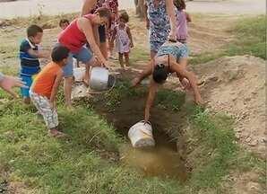 Moradores estão sem água há cinco meses no Bairro do Cedro, em Caruaru - Situação faz com que seja preciso buscar água em um buraco.