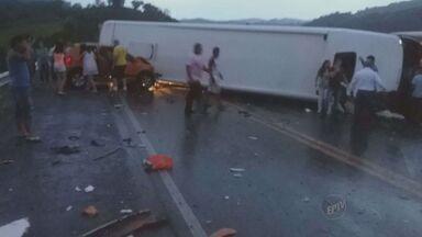 Três vítimas de acidente com ônibus em Campestre (MG) continuam internadas - Um ônibus que seguia viagem entre Poços de Caldas (MG) e Alfenas (MG) capotou na noite desta sexta-feira (19) no Km 487 da BR-267, em Campestre (MG), e um veículo bateu no teto do ônibus na sequência. A Polícia Rodoviária Estadual (PRE) informou que 17 pessoas ficaram feridas e 14 foram liberadas até a manhã deste sábado (20). Os que permaneceram internados não correm risco de morte.