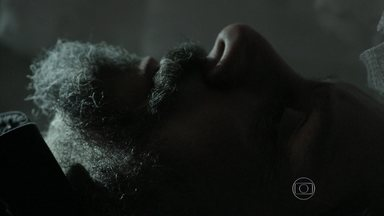 José Alfredo se lembra dos pedidos que fez a Josué - Ele tenta ficar calmo dentro do caixão. Josué é consolado por uma amiga