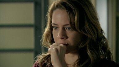 Cristina pensa na conversa que teve com José Alfredo e manda Josué se apressar - Elivaldo desconfia da irmã e estranha que ela não demonstra tristeza com a 'morte' do Comendador