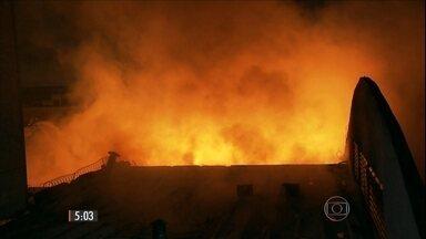 Incêndio destrói parte de shopping da região de comercio popular de SP - Cerca de 100 bombeiros trabalharam para apagar o fogo nas lojas no Brás.