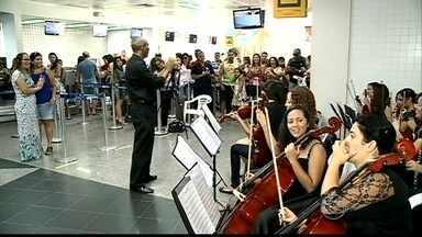 Quem chega ao Aeroporto de Petrolina (PE) é recebido com música clássica - Orquestra recepciona passageiros no saguão do terminal aéreo.