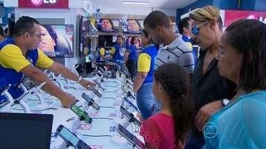Muita gente aproveita o último fim de semana antes do Natal para comprar presentes - Quem deixou para ir ao Centro do Recife no domingo encontrou as lojas lotadas.