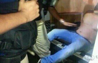Médico tenta morder e chutar policial ao ser detido por dirigir bêbado, em Goiânia - Um médico de 37 anos foi preso por dirigir embriagado uma BMW na BR-153, em Goiânia. Ele resistiu à detenção e, mesmo algemado, tentou morder e chutar os policiais federais (assista ao vídeo). Ele foi detido em uma blitz montada em frente a uma casa de shows, às margens da rodovia, na madrugada de domingo (21).