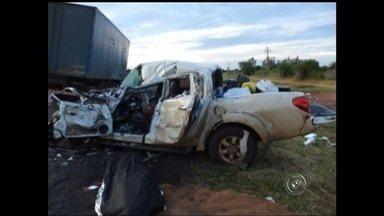 Acidente na BR-153 mata motorista e deixa família ferida em Promissão - Um homem morreu e quatro pessoas ficaram feridas, entre elas um bebê, em um acidente na manhã deste domingo (21), na Rodovia Transbrasiliana (BR-153), em Promissão (SP). De acordo com informações da Polícia Rodoviária de Guaiçara (SP), uma caminhonete bateu em um caminhão enquanto ele travessava a pista na altura do quilômetro 155.
