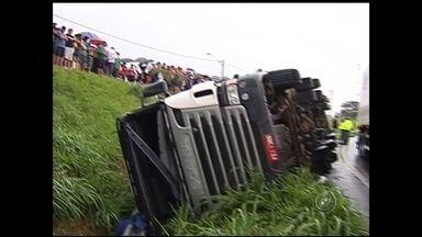 Caminhão carregado com 28 mil quilos de carne tomba em rodovia de Mirassol - Um caminhão carregado com 28 mil quilos de carne tombou, na tarde deste domingo (21), na Rodovia Euclides da Cunha, em Mirassol (SP) e deixou duas pessoas feridas.