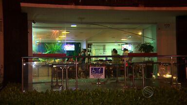 Assaltantes fazem funcionários de restaurante reféns - Assaltantes fizeram funcionários de um restaurante da Orla de Atalaia reféns no último sábado. Eles foram soltos e os assaltantes presos.
