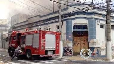 Bombeiros levam uma hora para conter incêndio em prédio de Taubaté - Fogo teve início por volta das 18h em prédio abandonado no centro. Segundo bombeiros, no local funcionava antigo bingo; ninguém ficou ferido.