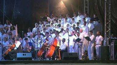 Concerto com 34 corais da capital e músicos convidados encantam o publico - Apresentação no clima de natal ocorreu na noite de domingo (21) na praça Multieventos.