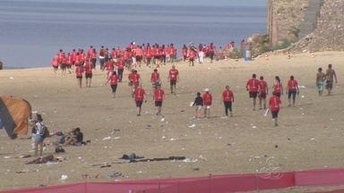 Corrida em Manaus conta com ação ecológica - Após a prova, atletas limparam a Praia da Ponta Negra.