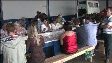Em Cascavel, famílias se reúnem em churrasco para comemorar o natal - Família faz há mais de 10 anos churrasco para várias outras famílias.