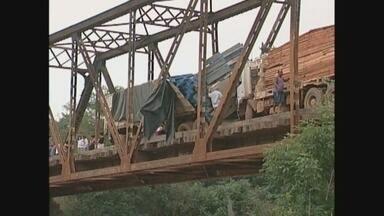 Tráfego na BR-425 é liberado 15 horas depois de acidente entre duas carretas sobre ponte - Caminhões colidiram de frente na ponte sobre o Rio Araras.