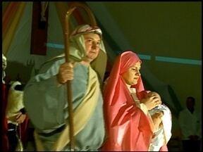 Encenação marca a noite de Natal em Erechim, RS - Igrejas ficam lotadas no dia 24. No seminário de Nossa Senhora de Fátima atores representam nascimento de Jesus Cristo.