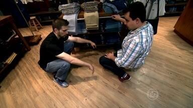 Educador físico dá dicas para equipe de vendas - Ao agachar, o ideal é equilibrar o peso nos calcanhares. Na hora de levantar, sempre tentar fazer da forma ereta. Bolinhas de massagem também podem a relaxar a região da musculatura que mais dói.