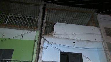 Defesa Civil interdita 30 casas no Jardim Celeste, em Osasco - É possível ver rachaduras por todos os lados, nas paredes, no chão, nas vigas de sustentação e na calçada. O problema começou há seis meses. Como o problema foi aumentando, os técnicos voltaram ao local e interditaram mais casas.