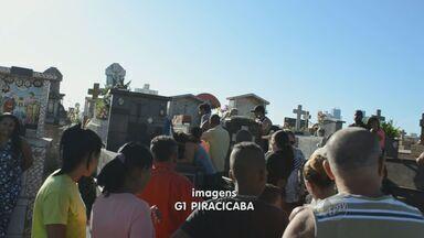 Garoto morto após desabamento de muro é enterrado em Piracicaba, SP - O corpo de Kainã Rodrigues Fernandes, de 9 anos, que foi soterrado por um muro no Parque Orlanda, em Piracicaba (SP), foi enterrado na manhã deste sábado no Cemitério da Saudade. O garoto morreu na madrugada de sexta-feira (26).