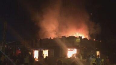 Estabelecimentos comerciais pegam fogo no centro de Jaborandi, SP - Sorveteria, farmácia e casa de rações foram atingidas pelo incêndio na noite de sexta-feira (16).