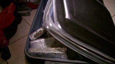 Duas pessoas são presas com drogas - A apreensão foi na garagem de uma empresa de ônibus.