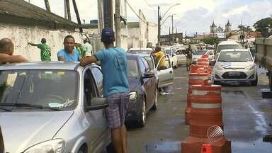Movimento é intenso no ferry; fila de carros chega a Feira de São Joaquim - Segundo a Internacional Marítima, os pedestres não enfrentam filas. A previsão é que o movimento aumente ainda mais até o final da tarde deste sábado (27).