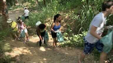 Grupo faz limpeza em morro de Vila Velha, ES - A ação foi organizada pelo Instituto Jacarenema.