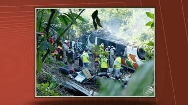 Acidente com ônibus que saiu da BA deixa pelo menos 8 mortos no Espírito Santo - O acidente aconteceu em um trecho da BR-101. O ônibus saiu de Porto Seguro com destino ao Rio de Janeiro.