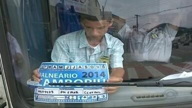 Ônibus de viagem são fiscalizados em Balneário Camboriú - Assim que chegam ao município, os veículos recebem um selo que sinaliza o pagamento de uma taxa e o motorista fica sabendo das rotas que pode fazer para facilitar o trânsito.