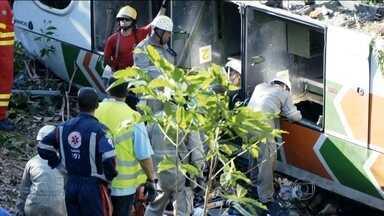 Acidente com ônibus deixa oito mortos no Espírito Santo - Veículo caiu de ribanceira com 40 metros de altura. Motorista diz que desviou de caminhão na contramão. Há quatro vítimas em estado grave.