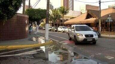 Vazamento de esgoto inunda ruas no bairro Varjota - Vazamento de esgoto inunda ruas no bairro Varjota, em Fortaleza.
