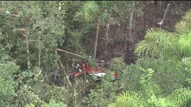Bombeiros retiraram corpos de mortos em acidente aéreo - Cinco pessoas estavam no helicóptero que caiu em Bertioga, litoral de São Paulo.