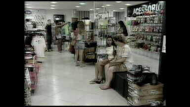 Vendedores do ES passam o sábado fazendo as trocas dos presentes - Muita gente que ganhou presente de Natal precisou voltar as lojas, é a hora de trocar roupa, calçado que ficou apertado ou grande demais.