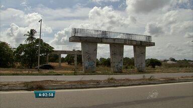 Motoristas reclamam de viaduto inacabado na BR-116, em direção a Horizonte, no CE - Viaduto que começou a ser construído há 6 anos é de responsabilidade do Governo Federal.