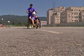 Com ajuda do pai, filha com Down vai participar da Corrida de São Silvestre - Eles correram juntos os 42km da Maratona de São Paulo.
