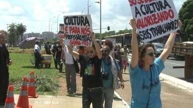 Produtores culturais e artistas do DF estão sem receber por contratos feitos com o GDF - O Instituto Brasileiro de Integração, responsável pelo maior São João do Cerrado, realizado em agosto, até hoje não recebeu do GDF. Há meses, produtores e artistas protestam por um solução.