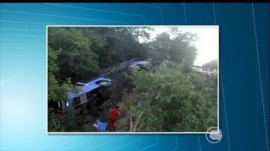 Colisão entre ônibus e carro deixa um morto e 14 feridos na BR-135 no Piauí - Motorista do carro ficou preso às ferragens e morreu.Acidente aconteceu na segunda-feira (29), na cidade de Cristino Castro.
