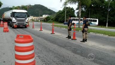 PRF intensifica fiscalização na BR-101, na Costa Verde do Rio - Medida é devido ao trânsito intenso deste fim de ano; agentes monitoram condutores através de novos radares.