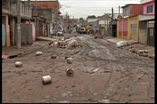 Aposentado morto durante chuva em Itaquaquecetuba é enterrado - Idoso foi arrastado pelas correntezas durante a chuva desta segunda-feira (29).