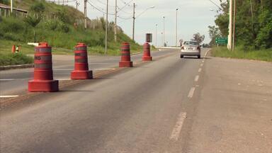 Polícia Militar Rodoviária fiscaliza estradas do Campo das Vertentes - Movimento de veículos aumenta nas estradas da região em virtude do feriado de Ano Novo. Policiais tentam conscientizar condutores.